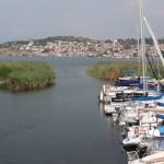au loin la ville d'Ohrid au bord du lac.
